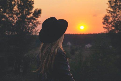 Der Weg ist das Ziel - Frau von hinten mit Hut Sonnenuntergang