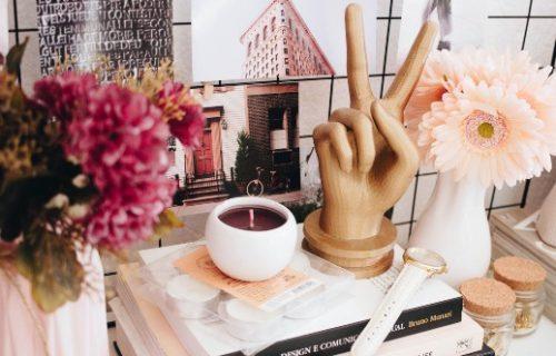 Schreibtisch mit Büchern und Peacezeichen aus Holz