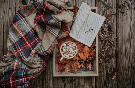 Selbstdisziplin - Gönne dir Pausen, ein Buch, eine Decke und eine heiße Schokolade mit Marshmallows