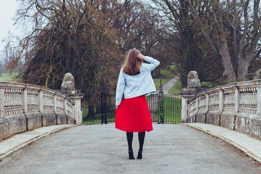 Die Entfernung zwischen deinen Träumen und der Realität nennt man Disziplin - Frau mit rotem Rock auf der Brücke