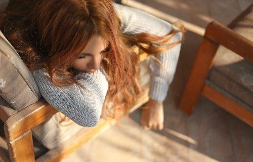 Antriebslosigkeit - Wie du deine Akkus wieder auflädst - Frau schlapp auf der Couch