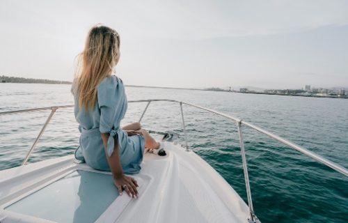 Willenskraft: 5 Grundlagen - Frau sitzt auf Yacht