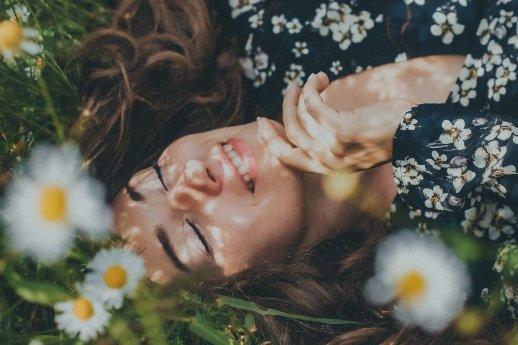 Willenskraft - Vergebe dir selbst - Frau liegend in Blumenwiese
