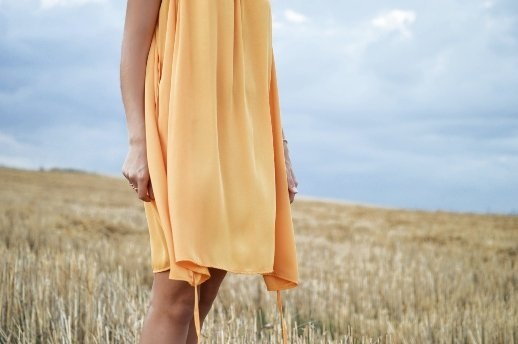 Überzeugungen, die unsere Bedürfnisse untergraben - Frau in gelbem Kleid